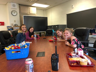 students eating lunch with friends