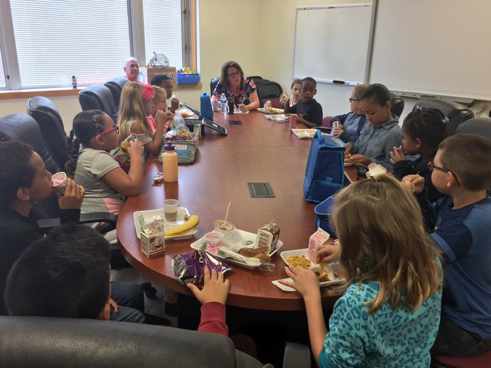 students eating lunch with prinicipal and s r o