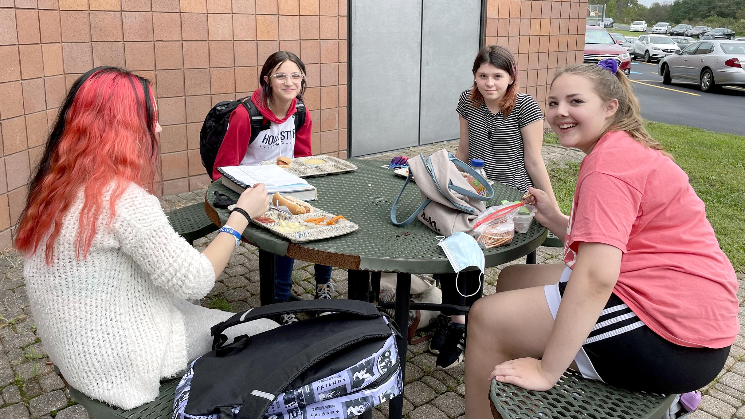 Students eating outside (9/2021)